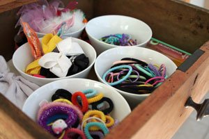 Use small bowls or mugs to organize the bathroom drawer.